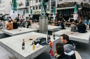 Unos amigos ven un partido de fútbol en una tableta en Dortmund, Alemania. (Felix Schmitt/The New York Times)