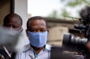 Yves Jean-Bart, presidente de la Federación Haitiana de Fútbol, con una mascarilla protectora azul claro, llega a un tribunal para una audiencia. Foto:AP