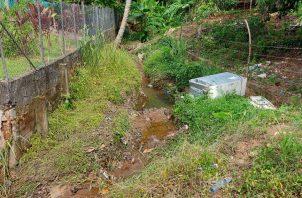 Personal del Ministerio de Obras Públicas (MOP) constató que un tramo de la vía La Revolución, ha sido socavado por la fuerza del agua, por lo que se requerirá de mayores trabajos en ese punto.