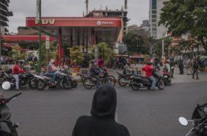 Economía deteriorada, refinerías dilapidadas y sanciones han llevado a escasez de gasolina en Venezuela. Foto / Adriana Loureiro Fernandez para The New York Times.