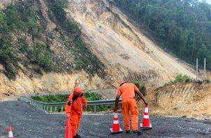 Pará evitar el tráfico vehicular y accidentes por nuevos deslizamiento de tierra, personal del Sinaproc, colocó conos en la vía como medida de señalización.