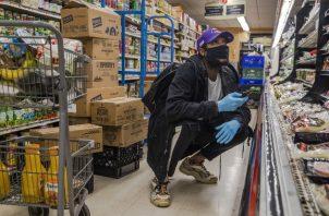 """Gerald Timothee se siente """"como un héroe"""" entregando comestibles. Foto / Brittainy Newman/The New York Times."""