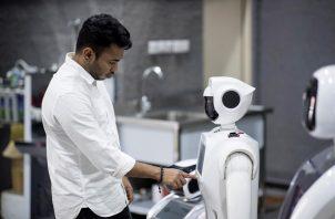 Robot colaboran en labores de detección del virus