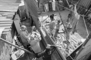 La actual cuarentena ha exacerbado las dificultades sociales ya existentes, originadas por la pobreza y desigualdad social. Foto: AP.