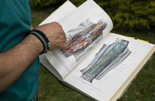 Madi el-Haj dijo que usa habitualmente un atlas anatómico de origen nazi. Foto / Dan Balilty para The New York Times.