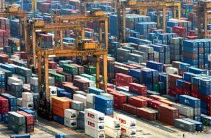 Según los datos publicados ayer jueves por el Departamento de Comercio, las exportaciones cayeron un 20.5 %. EFE