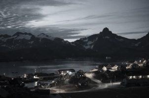 Tasiilaq, pueblo en la zona oriental de Groenlandia, casi rozando con el Círculo Polar Ártico. Tiene 3.000 habitantes, coloridas casas y singulares paisajes. La región posee entre el 25 y el 30% de las reservas mundiales. Foto: AP.