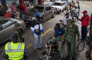 Conductores hacen fila para abastecerse de combustible. EFE