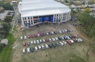 """En ambas misas que realizó Ledesma dejaron entrar 50 autos al predio, """"bajo estrictas medidas de seguridad impuestas por los mismos pastores que durante todo el proceso controlaron que se llevase a cabo cada protocolo de seguridad""""."""