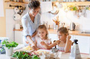 Los chicos pueden aprender sobre medidas, seguir instrucciones y leer recetas.  Pixabay