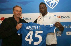 Mario Balotelli en su presentación con el Brescia. Foto.AP