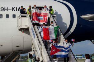 Los médicos fueron recibidos en el aeropuerto habanero José Martí, en medio de medidas de bioseguridad. Fotos: EFE
