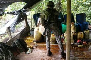 En el complejo, las tropas encontraron 13 533 litros de insumos líquidos, así como 1476 litros de pasta base de coca en proceso y más de 1 tonelada de clorhidrato de cocaína. (Foto: Brigada de Infantería de Marina N.o 4 de la Armada Nacional de Colombia)