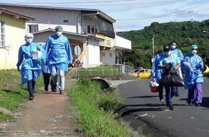 Personal del Minsa tomó hoy muestras de hisopados, casa por casa, en el corregimiento de Playa Leona en Panamá Oeste. Foto @MINSAPma
