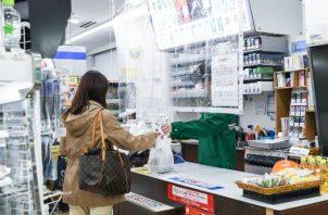 La pandemia ha forzado a la compañía nipona que controla a 7-Eleven a relajar reglas para sus tiendas. Foto / Noriko Hayashi para The New York Times.