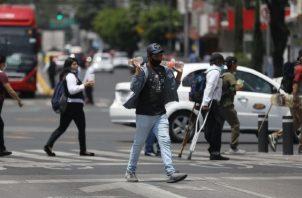 América Latina, epicentro creciente de la COVID-19, se enfrenta hoy no solo a los estragos económicos sino pérdidas humanas. EFE