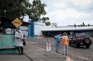 Más de 25 agentes en cuatro vehículos todoterreno de la Policía Nacional rodearon la sede de la Unidad Médica Nicaragüense en Managua durante toda la mañana y parte de la tarde, sin haya una explicación de la razón, dijo a Efe el dirigente gremial, José Antonio Vásquez.