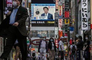 El primer ministro Shinzo Abe levantó el estado de emergencia tras mes y medio, al declarar un éxito la lucha contra el virus. Foto / Kimimasa Mayama/EPA, vía Shutterstock.
