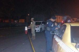 Un hombre y una mujer fueron heridos de bala mientras viajaban en un taxi.