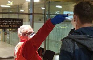 El pasajero será sometido a otra prueba si tiene fiebre. EFE