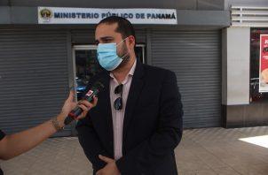 El abogado James Acosta presentó la querella penal por difundir información falsa sobre supermercado. Foto Víctor Arosemena