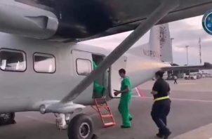 Los cuidados del paciente durante el vuelo humanitario se dieron por parte equipo de especialistas médicos de la CCSS de Costa Rica, ya una vez fue entregado por los médicos de Panamá.