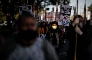 Miles de personas protestaron en varias provincias de Argentina por la situación de las clases más pobres durante la pandemia. EFE