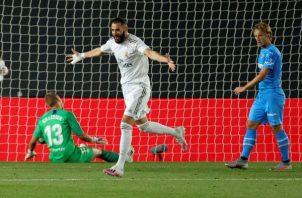 El delantero francés del Real Madrid Karim Benzema celebra su segundo gol. Foto:EFE