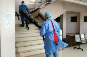 Personal del hospital remueve bancas de otras salas del área de consulta externa para colocar camas. Foro: Eric A. Montenegro.