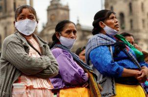 Mujeres indígenas protestan en mayo afuera de Palacio Nacional en CDMX, exigiendo ayuda financiera. Foto / José Méndez/EPA, vía Shutterstock.