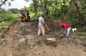 Los trabajos consistieron en la colocación de una nueva línea de alcantarillas y el riego de tosca para la conformación de un vado, que permitirá el paso de vehículos livianos y peatones. FOTO/ERIC MONTENEGRO