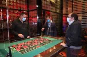 Se comprobó que las salas de juego mantienen mamparas entre cada máquina.