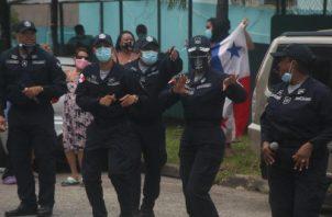 En medio de la pandemia, los uniformados también han estado haciendo recorridos para darle ánimo a la ciudadanía. Archivo