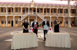 La donación fue formalizada por una firma de canje de notas entre el canciller Alejandro Ferrer y el Embajador de Japón, Takashi Owaki, en presencia de la ministra Rosario Turner.