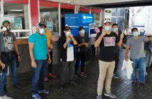 Los 18 nicaragüenses desde el jueves estaban en Paso Canoas, durmiendo en el área para poder viajar a su país.