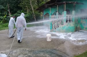 Se sanitizó la casa comunal, veredas, y casas, con el fin de brindar un ambiente seguro, y así minimizarlos los niveles de contagio con el virus.