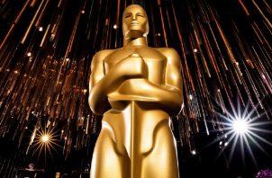 Una estatua de Óscar de color dorado se encuentra en el salón de baile Ray Dolby en Hollywood, California, 31 de enero de 2020. EFE/EPA/ETIENNE LAURENT