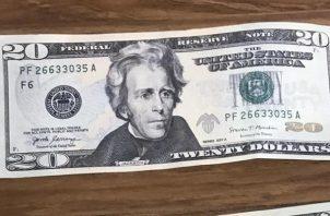 Los billetes son de denominaciones de 20 dólares.