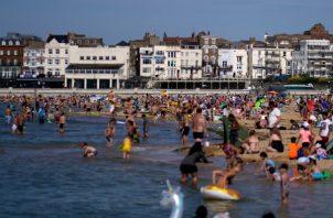 """La intención es """"abrir unas cuantas rutas seguras"""" para dar a la gente la oportunidad de """"irse de vacaciones al extranjero e impulsar la economía británica a través del turismo y los negocios"""". FOTO/EFE"""
