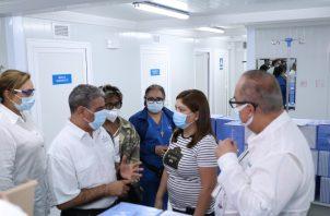 Autoridades de salud visitan Hospital Modular para evaluar la cantidad de pacientes que pueden ser trasladados a estas instalaciones.