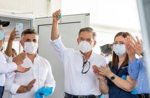 Cortizo y Turner durante un recorrido por el hospital modular.