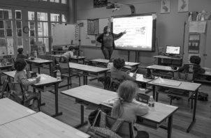 Un nuevo regreso a clases debe ser a distancia, gradual y cumplir con todas las normas de bioseguridad. Foto: EFE.