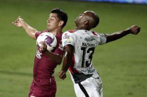 El panameño Adolfo Machado del Alajualense (13), disputa el balón contra Johan Venegas  del Saprissa. Foto:EFE