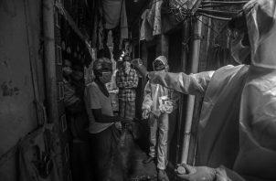 El confinamiento provoca perturbaciones importantes en el comportamiento de los ciudadanos y afecta más a los pobres, quienes generalmente viven en pequeñas viviendas y no pueden distanciarse socialmente. Foto: EFE.