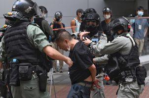 Los antidisturbios emplearon camiones con cañones de agua para tratar de dispersar a los manifestantes, y también lanzaron botes de gas lacrimógeno, mientras que quienes protestaban levantaron barricadas y, en algunos casos, les prendieron fuego.