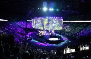 Apuestas de fantasía son ofrecidas para League of Legends, que atrajo a miles de fanáticos a París en el 2019. Foto / Thibault Camus/Associated Press.