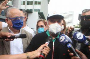 El expresidente Martinelli habló de forma fluida con los periodistas que lo esperaban. Víctor Arosemena