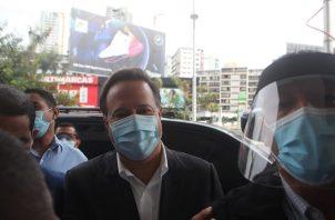Juan Carlos Varela les recomendó a los periodistas guardar la distancia. Foto Víctor Arosemena