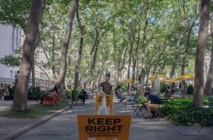 Bryant Park, en Midtown Manhattan. En este parque se está limitando el uso de los baños y dirigiendo el tráfico peatonal, entre otras medidas, para intentar mantener el distanciamiento social. (September Dawn Bottoms/The New York Times)
