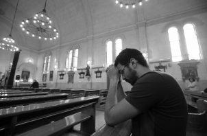 Siendo persona de oración y viviendo tu vida cristiana dentro de la Iglesia. Foto: EFE.